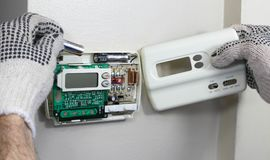 Baterías del termóstato de Digitaces substituidas fotos de archivo libres de regalías
