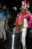 Baterías en trajes en el desfile de carnaval magnífico Foto de archivo libre de regalías