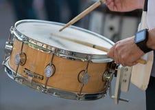 Baterías que juegan los tambores de trampa en desfile imagen de archivo