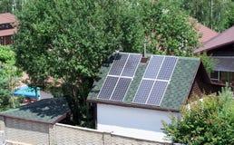 Baterías solares en el tejado Fotografía de archivo libre de regalías