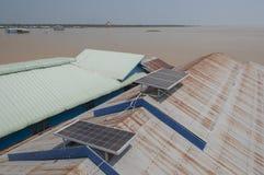 Baterías solares en el tejado de la casa Fotos de archivo