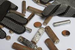 Baterías usadas de la finger-herida cubiertas con la corrosión Mienten en una caja de madera Guantes de trabajo siguientes recicl fotografía de archivo libre de regalías