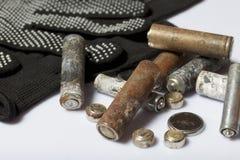 Baterías usadas de la finger-herida cubiertas con la corrosión Mienten en una caja de madera Guantes de trabajo siguientes recicl foto de archivo libre de regalías