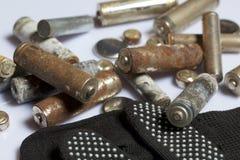 Baterías usadas de la finger-herida cubiertas con la corrosión Mienten en una caja de madera Guantes de trabajo siguientes recicl fotos de archivo libres de regalías