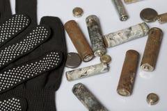 Baterías usadas de la finger-herida cubiertas con la corrosión Mienten en una caja de madera Guantes de trabajo siguientes recicl foto de archivo