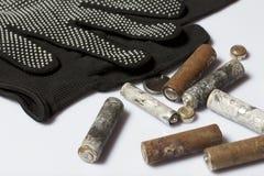 Baterías usadas de la finger-herida cubiertas con la corrosión Mienten en una caja de madera Guantes de trabajo siguientes recicl imagenes de archivo