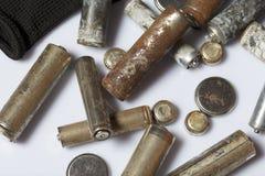 Baterías usadas de la finger-herida cubiertas con la corrosión Mienten en una caja de madera Guantes de trabajo siguientes recicl fotografía de archivo