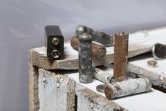 Baterías usadas de la finger-herida cubiertas con la corrosión Mienten en una caja de madera reciclaje imágenes de archivo libres de regalías