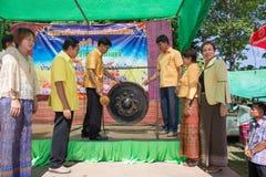 Bater o gongo é o símbolo do budista Len da cerimônia de inauguração Fotografia de Stock Royalty Free