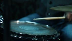 Bater?a que juega en los tambores almacen de metraje de vídeo