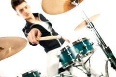Batería joven expresivo que juega en los tambores con el palillo del tambor Fotografía de archivo libre de regalías