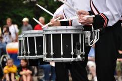 Baterías que juegan los tambores de trampa en desfile Foto de archivo libre de regalías
