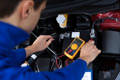 Bateria de carro dos testes do mecânico Imagens de Stock