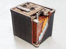 Bateria de carro velha com corpo em parte aberto fotografia de stock royalty free