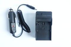 Bateria do carregador do poder do adaptador de câmera com o portable do carregador do carro no branco foto de stock