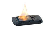 A bateria do telefone celular do conceito da segurança explode e as queimaduras devido ao superaquecimento no fundo branco foto de stock