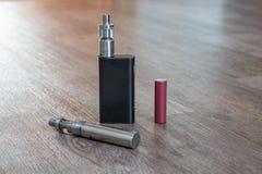 A bateria eletrônica dos cigarros é um close-up imagens de stock royalty free