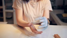 A bateria está obtendo introduzida em uma mão protética por uma mulher video estoque