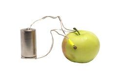 Bateria która ładuje zielonym jabłkiem Fotografia Royalty Free