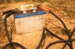 Bateria velha e os cabos de ligação em ponte Imagens de Stock