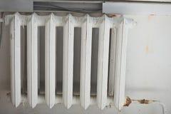 Bateria velha para um abrigo de aquecimento fotos de stock