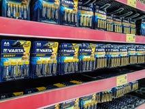 Baterias de Varta para a venda em um supermercado Imagem de Stock