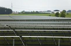 Baterias solares no campo, Alemanha Imagens de Stock