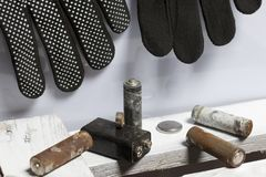 Baterias usadas da dedo-ferida cobertas com a corrosão Encontram-se em uma caixa de madeira Luvas de trabalho seguintes recycling imagem de stock royalty free