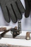 Baterias usadas da dedo-ferida cobertas com a corrosão Encontram-se em uma caixa de madeira Luvas de trabalho seguintes recycling imagens de stock royalty free