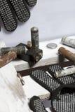 Baterias usadas da dedo-ferida cobertas com a corrosão Encontram-se em uma caixa de madeira Luvas de trabalho seguintes recycling fotos de stock royalty free
