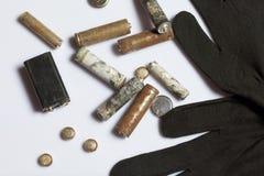 Baterias usadas da dedo-ferida cobertas com a corrosão Encontram-se em uma caixa de madeira Luvas de trabalho seguintes recycling imagem de stock