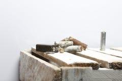 Baterias usadas da dedo-ferida cobertas com a corrosão Encontram-se em uma caixa de madeira recycling foto de stock royalty free