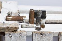 Baterias usadas da dedo-ferida cobertas com a corrosão Encontram-se em uma caixa de madeira recycling imagem de stock