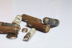 Baterias usadas da dedo-ferida cobertas com a corrosão recycling fotografia de stock