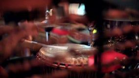 Baterista acústico que joga a multidão de dança withblurry viva video estoque
