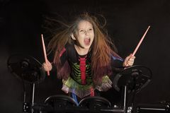 Baterista caucasiano pequeno da menina com o cabelo colorido que joga o jogo eletrônico do cilindro Imagem de Stock Royalty Free