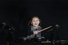 Baterista caucasiano pequeno da menina que laughting Imagem de Stock