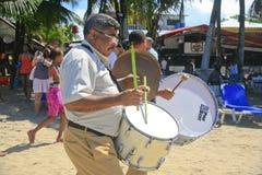 Baterista com as varas verdes do cilindro na parada do dia do StPatrick Fotos de Stock