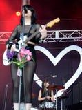 Baterista das meninas de Dum Dum (grupo de rock americano de Los Angeles) no concerto foto de stock royalty free