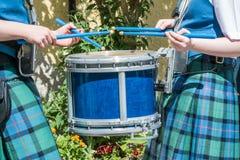 Baterista escocês na ação imagens de stock royalty free
