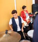 Baterista And Guitarist Performing na gravação imagem de stock royalty free