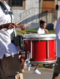 Baterista que joga cilindros de Snare vermelhos na parada Fotos de Stock Royalty Free