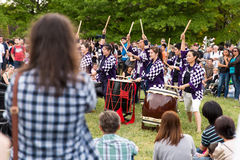 Bateristas de kumi-daiko do desempenho de Taiko Imagens de Stock