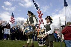 Bateristas vestidos coloniais no evento do partido de chá. imagens de stock royalty free