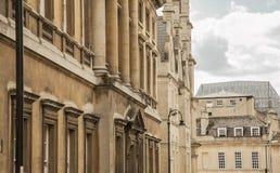 Bath, Angleterre - bâtiments en pierre et un ciel nuageux Image stock