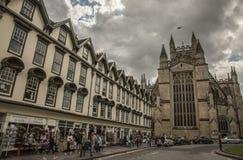 Bath, Angleterre - cieux nuageux et une église Photos libres de droits