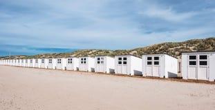 Bathhouses i rad på stranden Royaltyfria Foton