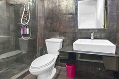 Bathhroom dans mon condominum image stock