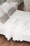 bathrobe łóżkowy Terry dwa biel Obrazy Royalty Free