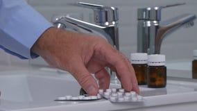Страдая человек в Bathroom принимая таблетки и лекарства стоковые фотографии rf